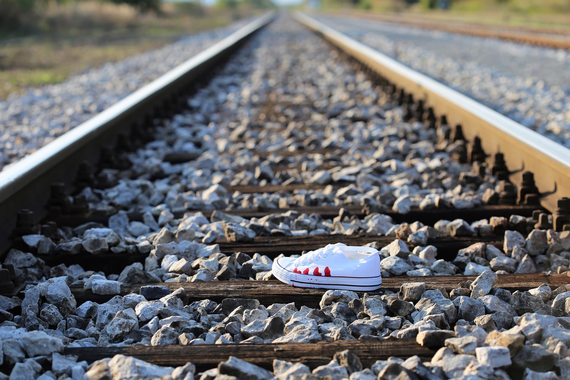 電車飛び込み事故を目撃!実際どんな感じ?見た人のトラウマ体験談!