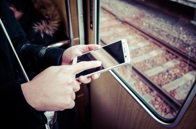 電車でのスマホ率が異常!カルト宗教みたい!どうにかならないの?