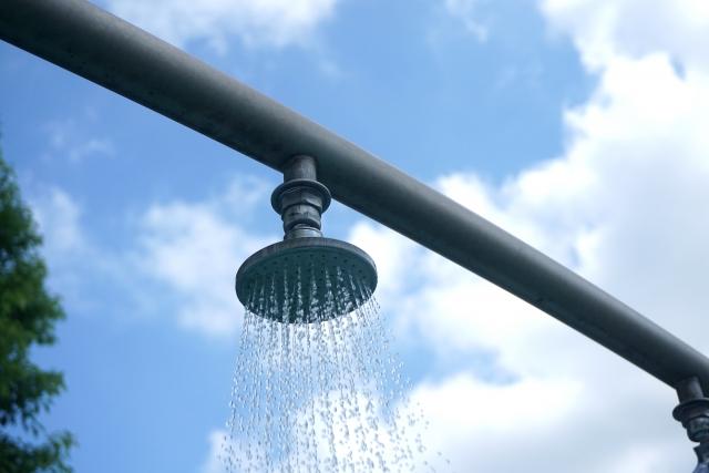 学校のプールでシャワー浴びる意味ってあるの?冷たすぎて死にそう!