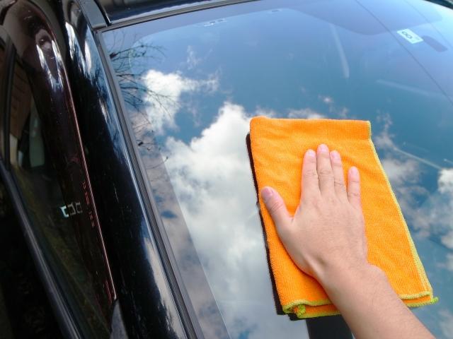 車の窓に拭き跡が残る!どの家庭にもある〇〇〇を使えばすぐ綺麗に!