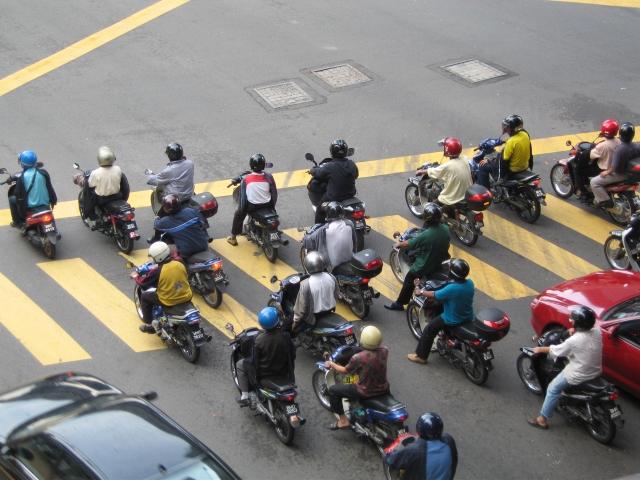 バイクは信号待ちで前に出るのOK?【事故るから止めた方が良い!】